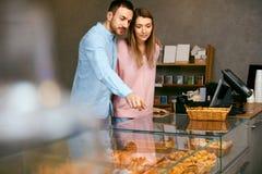 bakersfield Человек и женщина в магазине печенья стоковое фото rf