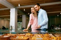 bakersfield Человек и женщина в магазине печенья стоковые фото