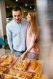 bakersfield Человек и женщина в магазине печенья стоковое изображение
