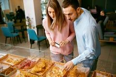 bakersfield Человек и женщина в магазине печенья стоковые изображения