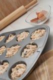 Bakeware mit Teig für Muffins Lizenzfreies Stockbild