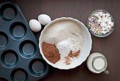 Bakeware su un fondo di legno scuro fotografia stock libera da diritti