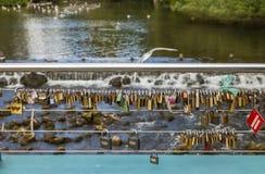 Bakewell, Derbyshire, Engeland, het UK - 19 Juli, 2015: De liefdesloten maakten aan de kabel op waterkeringsbrug vast, Bakewell,  Stock Fotografie