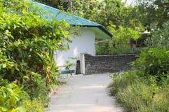 Bakgata av ett maldivian hus arkivfoton
