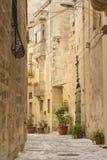 Bakgats- gränd i Birgu Malta Arkivfoto