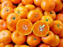 Bakgrund är orange i halva i mitt arkivfoto
