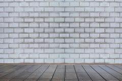 Bakgrund av åldriga grungy texturerade vita tegelsten- och stenväggwi Royaltyfri Foto