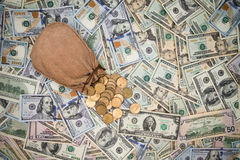 Bakgrund av amerikanska dollarsedlar och mynt Arkivfoto