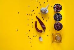 Bakgrund av asiatiska matingredienser som isoleras på en ljus gul bakgrund, bästa sikt, kopieringsutrymme Arkivfoto