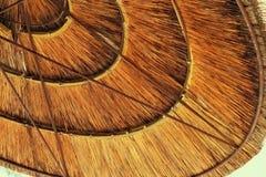 Bakgrund av bambustrandparaplyet Tropiskt feriebegrepp royaltyfri foto