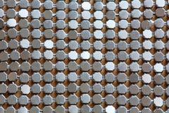 Bakgrund av belägger med metall diamanten pläterar försilvrar in färgar. arkivfoto