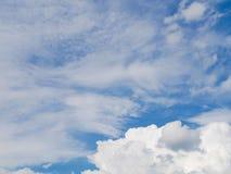 Bakgrund av blå himmel med vita moln Arkivbild