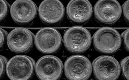 Bakgrund av bottnarna av flaskor arkivbilder