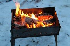 Bakgrund av brand och svartträ Mörka grå färger, svarta vita kol på ljus brandinsida belägger med metall fyrpannan Wood bränning  Royaltyfri Fotografi