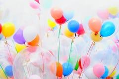 Bakgrund av brokiga ballonger Royaltyfri Bild