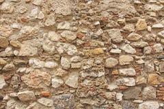 Bakgrund av brunt-, beiga- och grå färgstenar Den gamla väggen av ston Arkivbilder