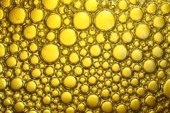 Bakgrund av bubblor i guling Arkivfoto