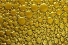 Bakgrund av bubblor i guling Arkivbilder