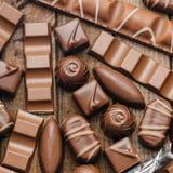 Bakgrund av choklader, stänger och sötsaker, fritt utrymme för text fotografering för bildbyråer
