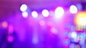 Bakgrund av dansen är det suddiga folket som dansar i en nattklubb arkivfilmer