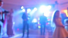 Bakgrund av dansen är det suddiga folket som dansar i en nattklubb lager videofilmer