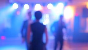 Bakgrund av dansen är det suddiga folket som dansar i en nattklubb stock video