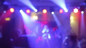 Bakgrund av dansen är det suddiga folket som dansar i en nattklubb Blått- och lilafärger lager videofilmer