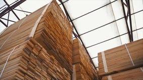 Bakgrund av de fyrkantiga sluten av trästängerna Wood timmerkonstruktionsmaterial för bakgrund och textur close upp Royaltyfri Fotografi