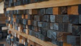 Bakgrund av de fyrkantiga sluten av trästängerna Wood timmerkonstruktionsmaterial för bakgrund och textur close upp Arkivbilder