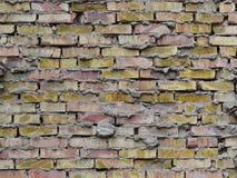 Bakgrund av den åldriga grova tegelstenväggen av röda och gula tegelstenar med cementmortel royaltyfri fotografi
