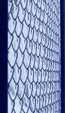 Bakgrund av den blåa listen för rastermetall som täckas med fluffig vit av Royaltyfri Fotografi