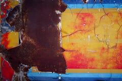 Bakgrund av den färgrika metallväggen med rostat Fotografering för Bildbyråer