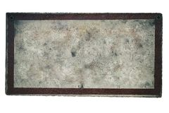 Bakgrund av den gamla sjaskiga och smutsiga metalliska plattan som målas med ljus målarfärg med en ram Arkivbilder