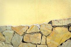 Bakgrund av den gamla stenen och cocreteväggen Arkivbild