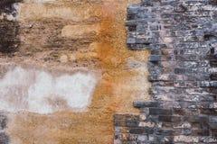Bakgrund av den gamla tappningtegelstenväggen med konkret riden ut textur av racked konkret tappningtegelsten royaltyfri fotografi