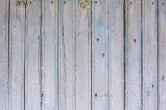 Bakgrund av den gamla väggen med urblekta trämålade bräden royaltyfri bild