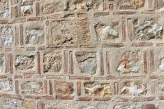 Bakgrund av den historiska sten- och tegelstenväggen royaltyfria foton