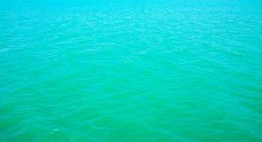 Bakgrund av den krusiga modellen av havet royaltyfria foton