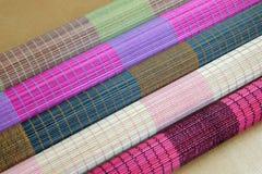 Bakgrund av den matta plattan för bambu, färgrik modell, bambutextur, mattt tomt utrymme av bambu Fotografering för Bildbyråer