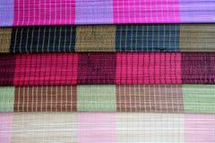 Bakgrund av den matta plattan för bambu, färgrik modell, bambutextur, mattt tomt utrymme av bambu Arkivbild