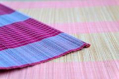 Bakgrund av den matta plattan för bambu, färgrik modell, bambutextur, mattt tomt utrymme av bambu Royaltyfria Foton