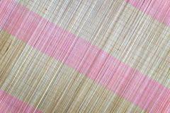 Bakgrund av den matta plattan för bambu, färgrik modell, bambutextur, mattt tomt utrymme av bambu Arkivbilder