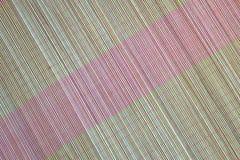 Bakgrund av den matta plattan för bambu, färgrik modell, bambutextur, mattt tomt utrymme av bambu Royaltyfri Foto