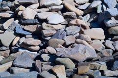 bakgrund av den naturliga bergstenen, begrepp av naturliga byggnadsmaterial, närbild Royaltyfri Bild