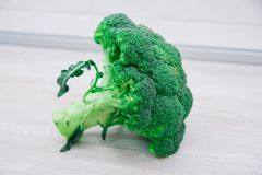 Bakgrund av den nya broccoli- och blomkålhuvudnärbilden på den ljusa kulöra träyttersidan arkivfoto