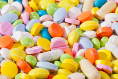 Bakgrund av den olika sorten av färgrika preventivpillerar Royaltyfri Bild