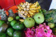 Bakgrund av den olika uppsättningen för tropisk frukt i marknaden royaltyfria bilder