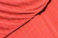 Bakgrund av den röda rutiga torkduken med vita linjer Arkivfoto