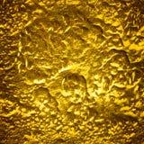 Bakgrund av den skrapade guld- metallyttersidan Arkivfoton