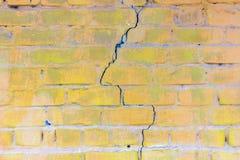 Bakgrund av den smutsiga tegelstenväggen för gammal tappning med skalningsmurbruk bakgrund eller texturerar Fotografering för Bildbyråer